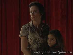 Pérola tenta acalmar o avô (Foto: Joia Rara/TV Globo)