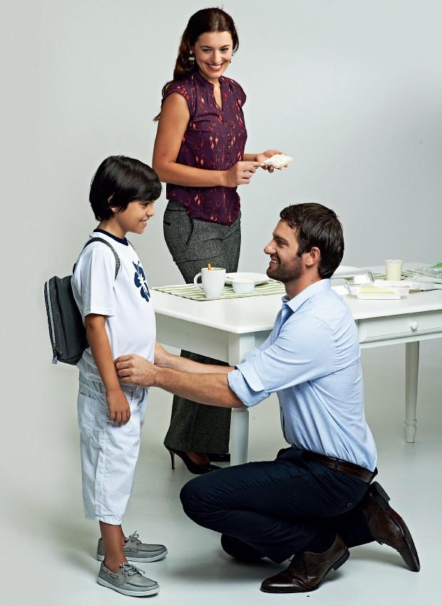 COOPERAÇÃO Cena da rotina familiar. Os homens se sentem mais à vontade para ajudar no cuidado com os filhos (Foto: Christian Parente/ÉPOCA; Produção: Cuca Elias)
