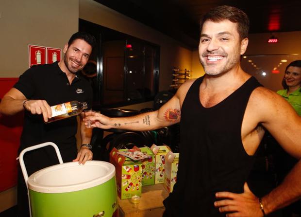 Rodrigo Sangion e Danilo Faro brindam com o Grape Tea da Salton (Foto: Thiago Bernardes/Editora Globo)