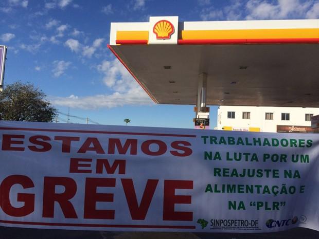 Placa indica que frentistas de posto no SIA aderiram à greve da categoria (Foto: Mateus Vidigal/G1)