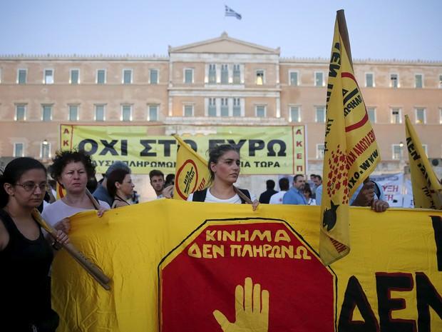 Manifestantes contra medidas de 'aperto' econômico fazem protesto antes de votação em frente ao Parlamento (Foto: Alkis Konstantinidis/Reuters)