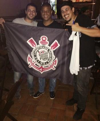 Marcelinho Carioca é tietado por torcedores do Corinthians em Rio Branco (Foto: Mariana Klemer/Arquivo Pessoal)