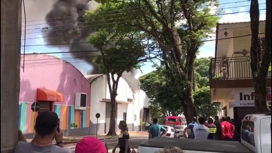 VÍDEO: Incêndio atinge depósito de fantasias em Maringá