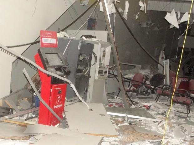 Agência bancária ficou destruída com a explosão (Foto: Glaucione Farias)