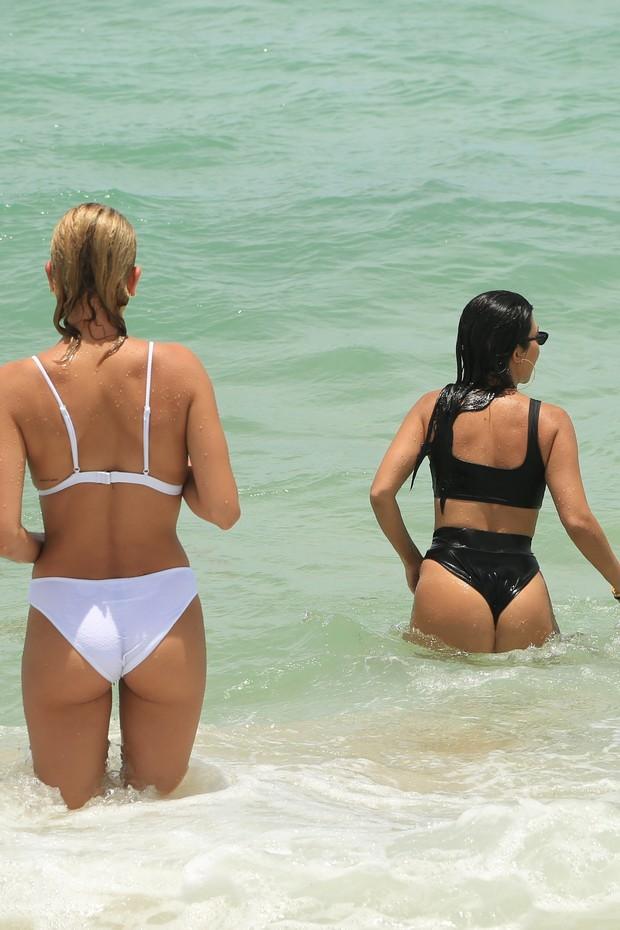 Hailey Baldwin e Kourtney entram no mar (Foto: AKM-GSI)