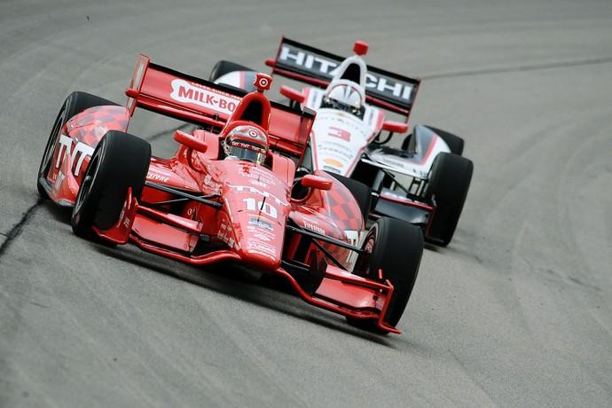 Tony Kanaan e Helio Castronves em ação durante a temporada 2014 da Fórmula Indy (Foto: Getty Images)