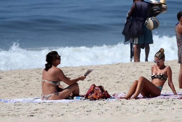 Yasmin Brunet e Luiza Brunet curtem praia de Ipanema, RJ (Foto: André Freitas / AgNews)
