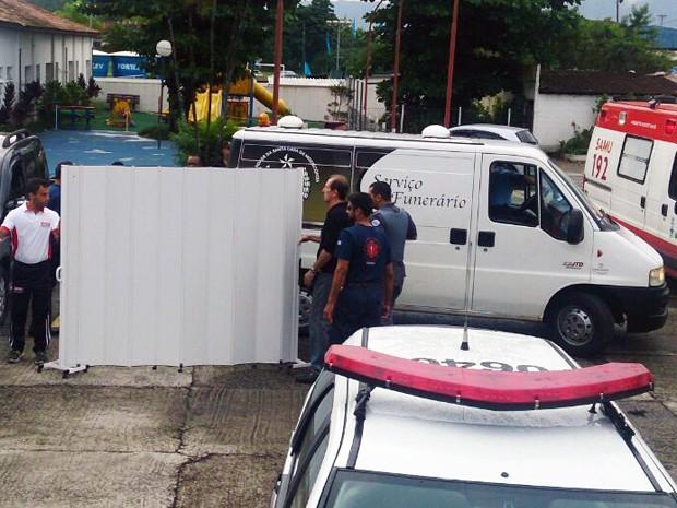 Corpo de criança morta dentro de carro foi levado para o IML de Santos, SP (Foto: LG Rodrigues/G1)