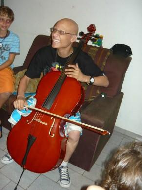 Realização do sonho de Carlos, que era ganhar um violoncelo (Foto: Divulgação)