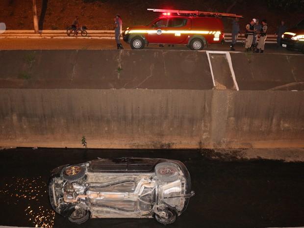 Apesar da queda, motorista do veículo não ficou ferido. (Foto: Tiago Lopes)