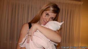 Ao ver bebê de outra mulher, María Lorena Gerbeno resolveu pedir testes biológicos  (Foto: Daniel Arias/Clarin/BBC)