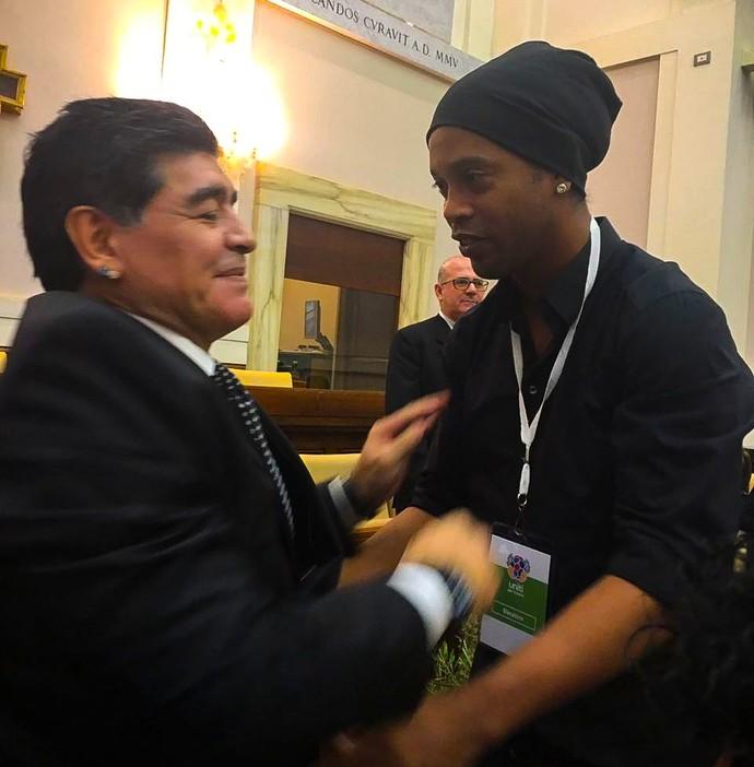 Ronaldinho e Maradona (Foto: Reprodução / Twitter)