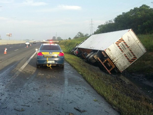 Caminhão saiu da pista após atropelar ciclista (Foto: Divulgação/PRF)