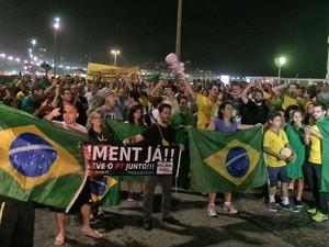 Cerca de 500 pessoas estavam na Avenida Atlântica por volta das 22h20 (Foto: Daniel Silveira/G1)