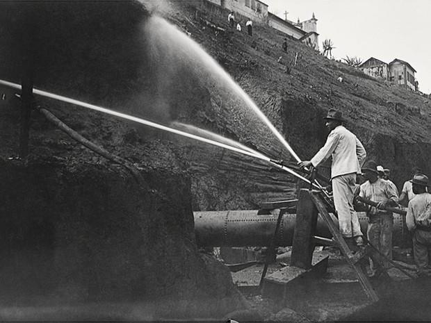 Demolição do Morro do Castelo, imagem registrada em 1921 (Foto: Centro Cultural Correios Rio / Divulgação)