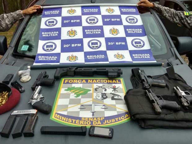 Com grupo foram apreendidas cinco armas, munição e colete à prova de balas (Foto: BM/Divulgação)