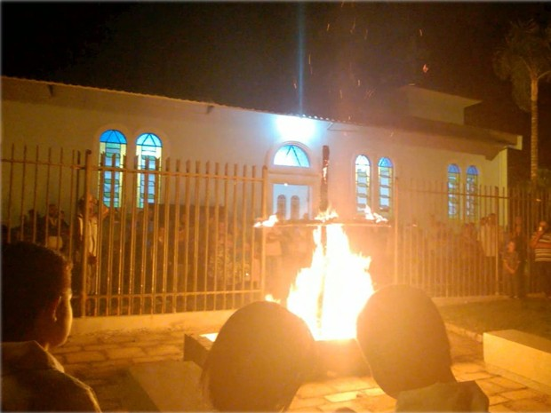 Fiéis queimam cruzes durante procissão em Elói Mendes, MG (Foto: Reprodução EPTV)