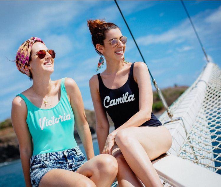 Maiôs estampados com frases divertida são hit da estação: Victoria Ceridono e Camila Coutinho (Foto: Reprodução/Instagram)