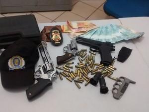 Armas e munições também foram encontradas com suspeito de furto, em Gurupi (Foto: Divulgação/PM TO)