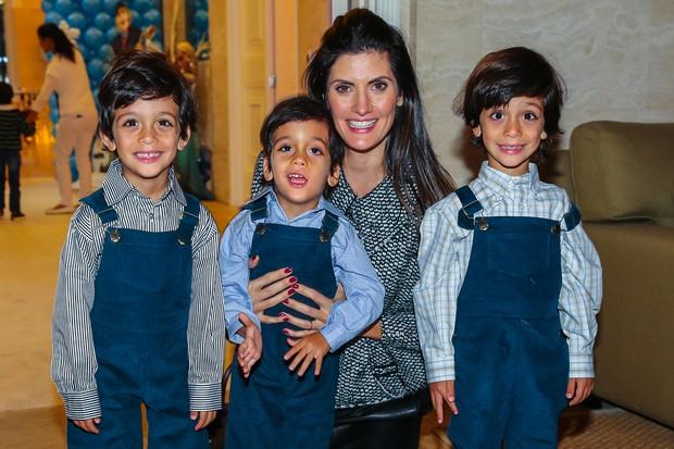 Isabella Fiorentino com os trigemeos Bernardo, Lorenzo e Nicholas (Foto: Manuela Scarpa / Photo Rio News)