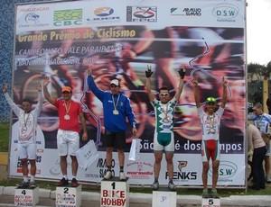 Fernando Fabricio, ciclista de Cubatão, é o terceiro no pódio (Foto: Divulgação / Prefeitura Municipal de Cubatão)