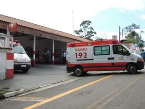 Na manhã desta segunda (11) ambulâncias deixavam o Samu de Ferraz. (Foto: Carolina Paes/G1)