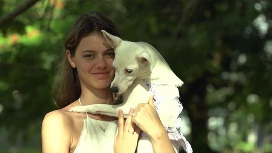Laura Neiva se derrete com pets durante trabalho voluntário