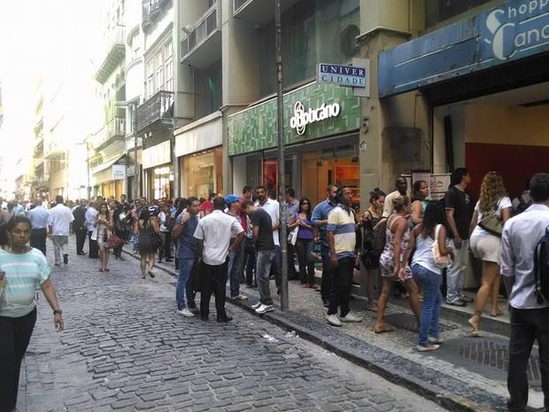 Alunos da UniverCidade fazem fila na Rua Gonçalves Dias, no Centro do Rio (Foto: Che Oliveira/Arquivo Pessoal)