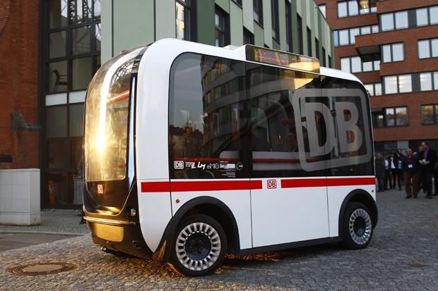 O protótipo de um ônibus que se dirige sozinho, apresentado ano passado pela empresa alemã de transporte ferroviário Deutsche Bahn  (Foto:  Michele Tantussi/Getty Images)