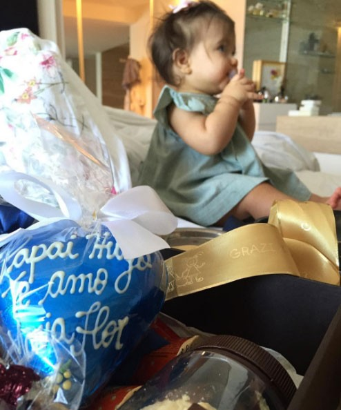 Hugo Moura recebe presente da filha, maria Flor (Foto: Reprodução / Instagram)