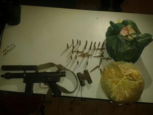 Entre as armas apreendidas há uma submetralhadora (Foto: Divulgação / Polícia Militar)