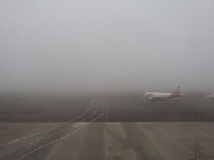 Aeroporto ficou fechado para pousos por conta da neblina (Foto: Juliano Posada Chimenes/RBS TV)