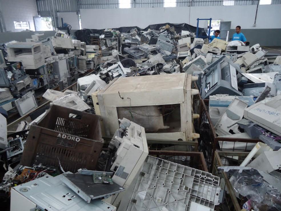 Descartados incorretamente, eletrônicos contaminam solo e lençóis freáticos com substâncias nocivas (Foto: Mayco Geretti/G1)