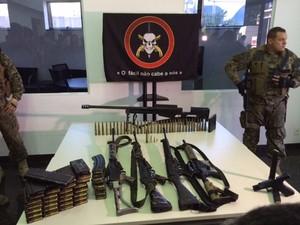 Bope exibe armas apreendidas com Fu e seu bando (Foto: Janaína Carvalho/G1)