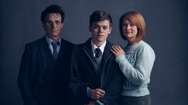 Jamie Parker como Harry, Sam Clemmett como Albus and Poppy Miller como Ginny (Foto: Divulgação / Pottermore.com)