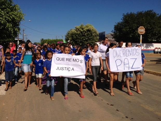 Amigos e familiares pedem Justiça (Foto: Eliete Marques/G1)