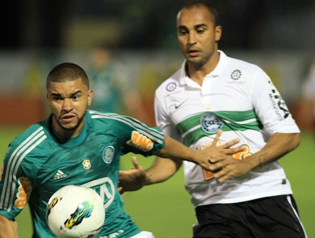 Mauricio Ramos do Palmeiras e Deivid do Coritiba (Foto: Denny Cesare / Ag. Estado)
