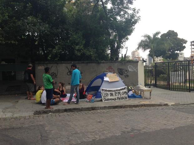 Acampamento está montado na calçada em frente ao prédio do prefeito de Niterói (Foto: Lívia Torres/G1)