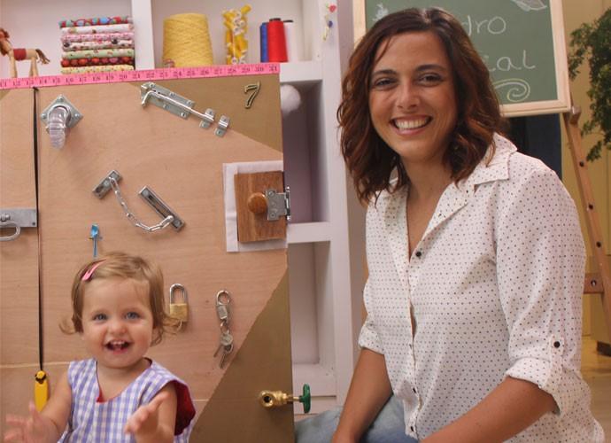 A pequena Tereza, filha da Kika Motta, adorou o quadro sensorial! Olha que fofura!  (Foto: webséries/Gshow)