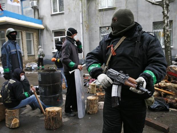 Homem armado em uma das barricadas montadas pelos separatistas em Slaviansk, na Ucrânia. (Foto: Gleb Garanich/Reuters)