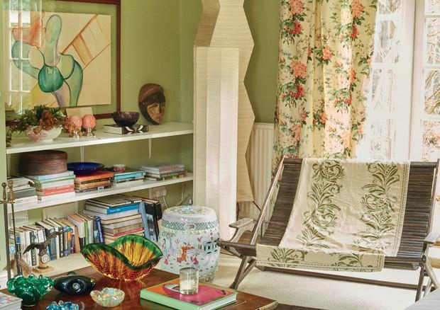 O escritório comos vasos de murano de Juliana Benfatti, luminárias geométricas de papel Sig Joelle e a aquarela de Márcia Grostein.  (Foto: Joe Hunt)