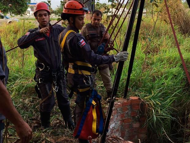 Homem é resgatado após cair em cisterna de 18 metros em Feira de Santana (Foto: Divulgação/Corpo de Bombeiros)