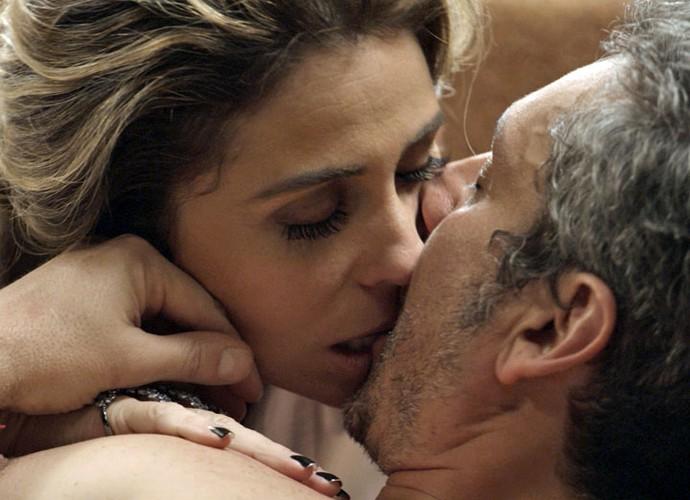 Romero seduz Atena, e os dois se entregam ao momento (Foto: TV Globo)