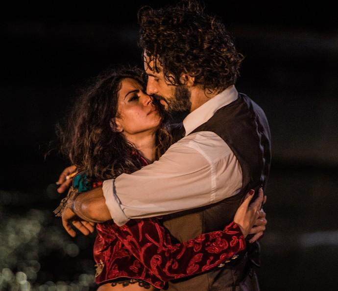 Iolanda e Afrânio se reencontram e se entregam ao amor (Foto: Caiuá Franco/ Globo)
