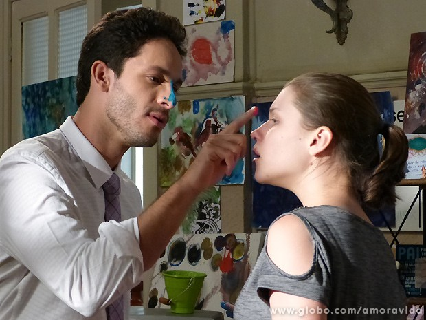 Linda interage com Rafael de maneira nunca antes vista (Foto: Amor à Vida / TV Globo)