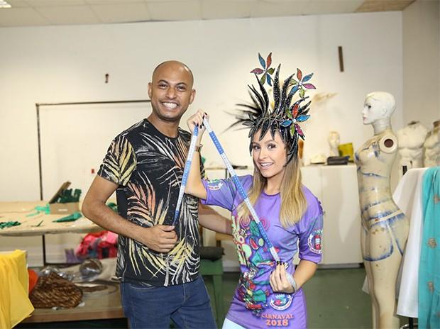 Carla Diaz com o estilista Bruno César, tirando as medidas para a fantasia (Foto: Divulgação)