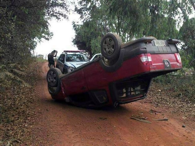 veículo carro assalto roubado Buritis Divinópolis zona rural MG  (Foto: Polícia Militar/Divulgação)
