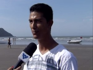 Marcos e sua família conseguiram salvar o filhote de golfinho (Foto: Reprodução / TV Tribuna)