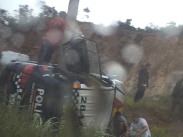 Carro da PM capota, deixa um militar morto e outros três feridos, em Goiás (Foto: Reprodução/TV Anhanguera)