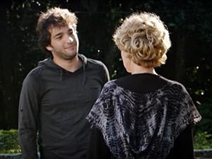 Fabinho conta que Irene está de volta (Foto: Sangue Bom/TV Globo)